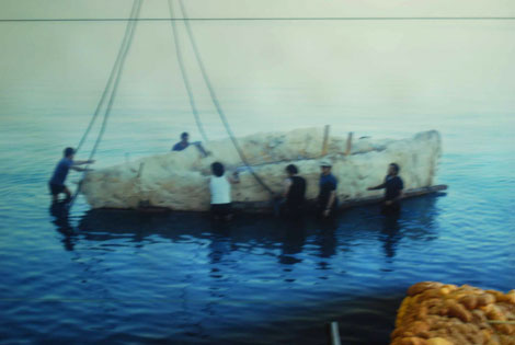 Das Fischerboot von Ginosar bei der Bergung - eingeschäumt
