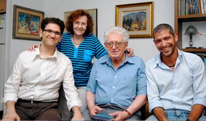 Moshe Jahoda, seine Frau und zwei seiner Enkelkinder