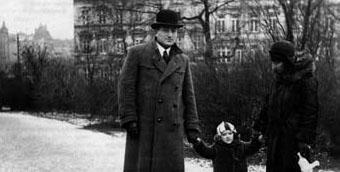 Dita Segal, geb. Kürschner, und ihre Eltern im Park (1932)